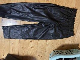 Schöne neue Paperbag Hose aus Kunstleder.