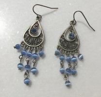 Schöne Ohrringe mit hellblauen Perlen