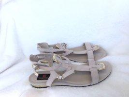 Schöne sandalen mit goldenen akzenten