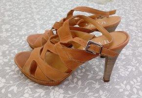 Schöne Sandaletten mit hohem Absatz