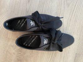 Schöne schwarze Adidas sneaker