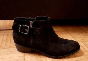 Schöne schwarze Stiefeletten mit Schnalle