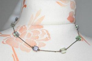 schöne silberne Kette mit bunten Glassteinen