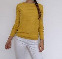 Schöner gelber Pullover