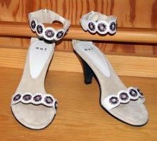 Schöner High Heel mit Ziersteinen und Stickerei, Größe 40