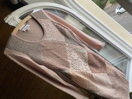Schönes rosafarbenes Stickkleid mit verschiedenen Stoffaufn