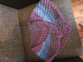 Selbstgehäkelter Écharpe en crochet violet