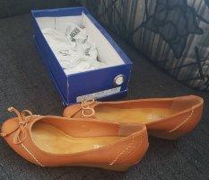 Schuhe mit kleinem Keilabsatz