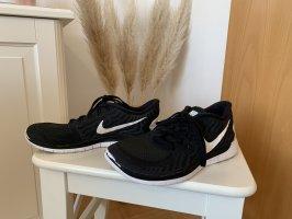 schwarz-weiße Nikefree 5.0