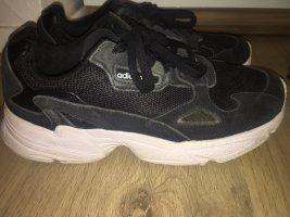 Schwarze Adidas Falcon Sneaker