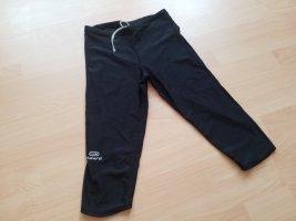 schwarze elastische Sporthose. Passt einer M