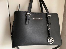 Schwarze Handtasche mit silbernen Schnallen