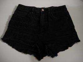 schwarze Hot Pants von Zara mit Detail am rechten Bein