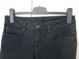 Schwarze Jeans mit Abnähern