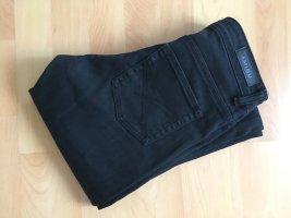 schwarze Jeans mit leichtem Schlag