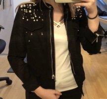 Schwarze Jeansjacke mit Perlen