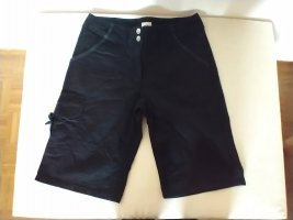 schwarze knielange Baumwollhose
