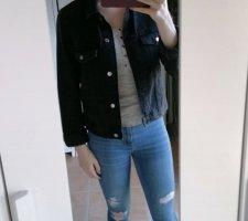 schwarze, kurz geschnittene Jeans-Jacke