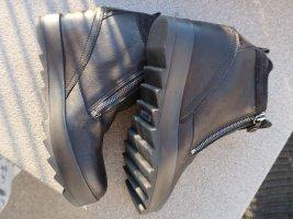 schwarze Plateau-Keil-Stiefelette Gr. 38, 2 Reißverschlüsse, Lackdetail an Ferse