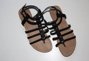 Schwarze Sandalen mit brauner Sohle