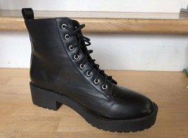 Schwarze Stiefel in Lederoptik