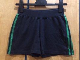 Schwarze Stoff / Sport Shorts mit 2 grünen Streifen