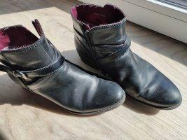 Schwarze Tamaris-Stiefeletten Größe 40 mit schönen Details und GRATIS Sohlen