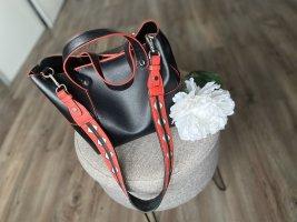 Schwarze Tasche mit rotem Detail