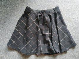Schwarzer Faltenrock mit Muster in Größe XL von Tara