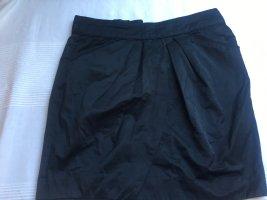 Schwarzer Minirock, ausgestellt mit Taschen und Reißverschluss