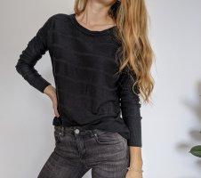 Schwarzer Pullover mit Musterung