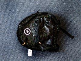 Schwarzer Ruchsack mit grünen Elementen