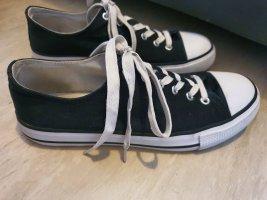 Schwarzer Sneaker