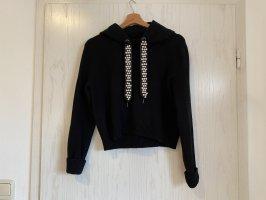 Schwarzer Strickpullover mit Perlenbänder