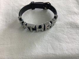 Schwarzes Armband mit 7 Buchstaben