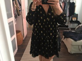 Schwarzes Kleid mit goldenen Punkten