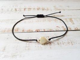 schwarzes Makramee Armband mit cremeweißem Herz und silbernen kleineren Perlen NEU, größenverstellbar