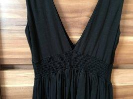 Schwarzes Minikleid mit tiefem Ausschnitt