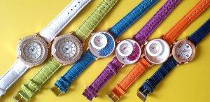 Sehr schöne Damen oder Mädchen Armbanduhr mit goldenen verschiedenen Bunte Farben und silber steine. preis für je Stück