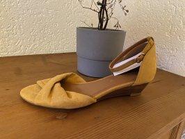 Senffarbene Sandaletten mit Keilabsatz