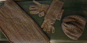 Set mit Schal, Mütze und Handschuhen