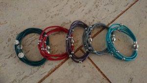 Set von Armbänder in verschiedenen Farben zu verkaufen.