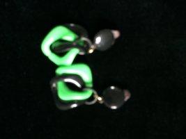 Clip d'oreille noir-vert acrylique