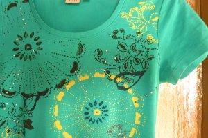 Shirt in türkis mit Print und Nietenverzierung