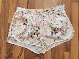 Shorts in Seidenoptik