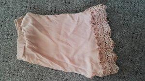 Shorts mit Spitzensaum in leichtem Rosa