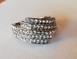 Silberfarbener Ring mit vielen glitzernden Steinchen