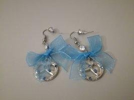 silberne Brezenohrringe mit blauer Schleife und Steinen