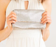 Silberne Metallic-Clutch