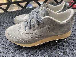 Sneaker aus Velourleder mit goldener Sohle